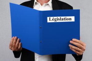 Homme lisant un dossier sur la lgislation